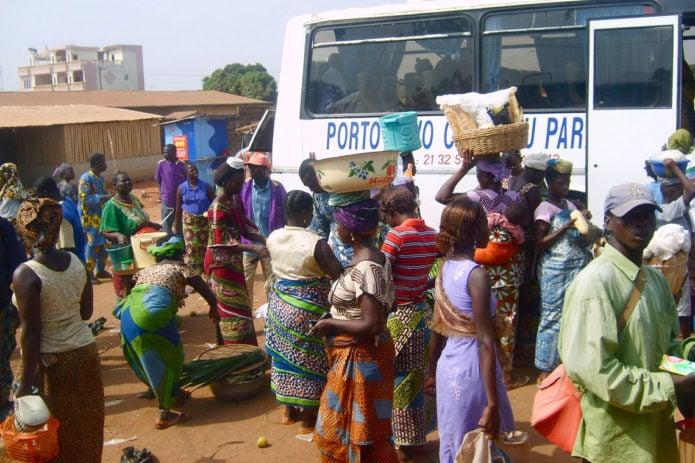 Viel Betrieb am Busbahnhof in Cotonou
